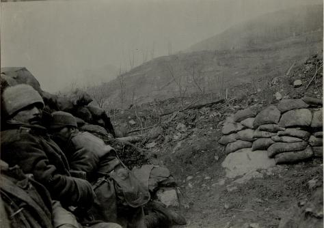 Rechter Flügel von 2/37 nördlich Dolje im feindlichen Feuer vor dem Angriff